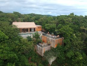Exterior de Casa La Extraviada de em-studio entre la selva y playa de Oaxaca